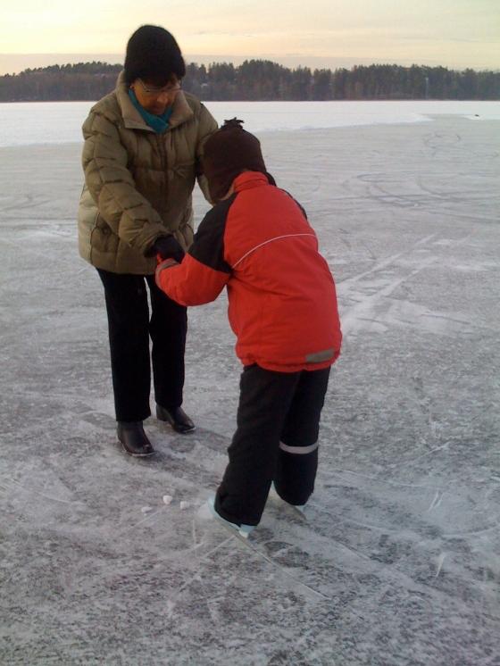 Farmor showing Leon the ice-skater's leg movements....