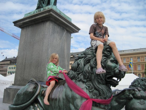 Riding the lions in Kungstragarden